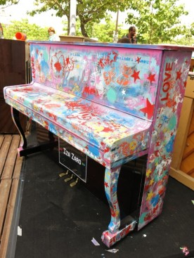 "Piano ""Play me I'm yours"""