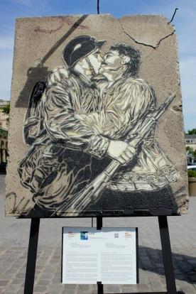 C215 (France) «Bons baisers de Russie» Baiser libéré… Volé à l'histoire, quand le noir et le blanc s'impriment sur le vélin d'un fragment d'espoir.