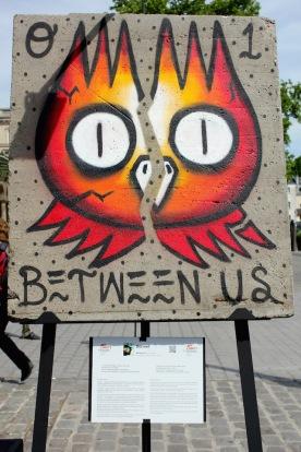 Dscreet (Australie) «Between Us» Ta force étrange d'oiseau de nuit, perché sur le monde, pour mieux souligner cette fêlure, qui pourrait devenir frontière infranchissable.