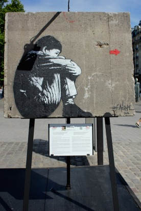Jef Aérosol (France) «Sitting Kid» Suivre la petite flèche rouge à travers le monde, donnez envie à cet enfant assis d'aller là-bas, qui pourrait être presque chez nous. Suivez bien la petite flèche rouge…