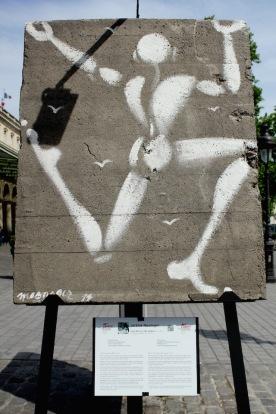 Jérôme Mesnager (France) «Corps blanc sur Mur de Berlin» Homme blanc, pantin de l'instantané, miroir impitoyable de nos gesticulations urbaines.