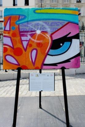 John Crash Matos (USA) «Oeil» Il est là ce point de lumière, au centre de cette organisation couleurs «wilde style», il masque le support gris d'une ville coupée en deux.