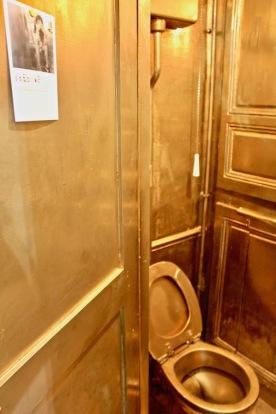 Toilettes dorées